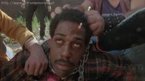 """Steve James siendo apaleado en """"El exterminador""""."""