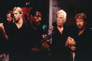 """James junto a Lee Marvin y Chuck Norris en """"Delta Force""""."""