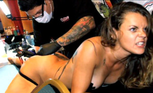 Dos actores profesionales recrean el momento en que me tatué mi nalga izquierda en honor a Mayra Gómez Kemp.