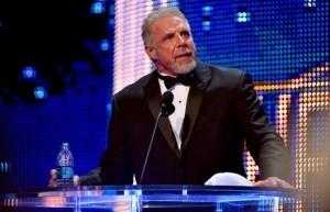 Ultimate Warrior haciendo su discurso de agradecimiento en el Salón de la Fama de la WWE.