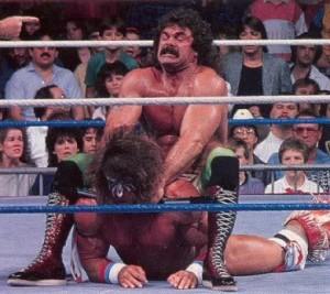 Rick Rude haciendo una llave a Ultimate Warrior.