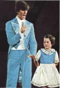 Hace 30 años ya era algo rarito. Esta imagen es de lo más perturbadora. ¿Qué hace Enrique con la mano? ¿Hacia dónde dirige Ana su inocente mirada?