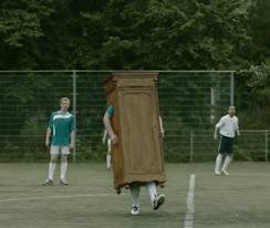 Jesús Vázquez jugando al fútbol con unos amigos mucho antes de salir del armario.