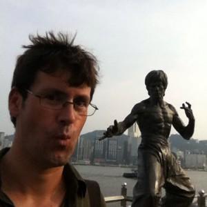 """Nuestro viejuno amigo David Marí visitó la estatua dedicada a Bruce Lee y desde entonces dice cosas como """"Be water, my friend""""."""