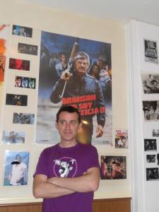 """Nuestro viejuno redactor posando frente al cartel de """"Yo soy la justicia 2""""."""